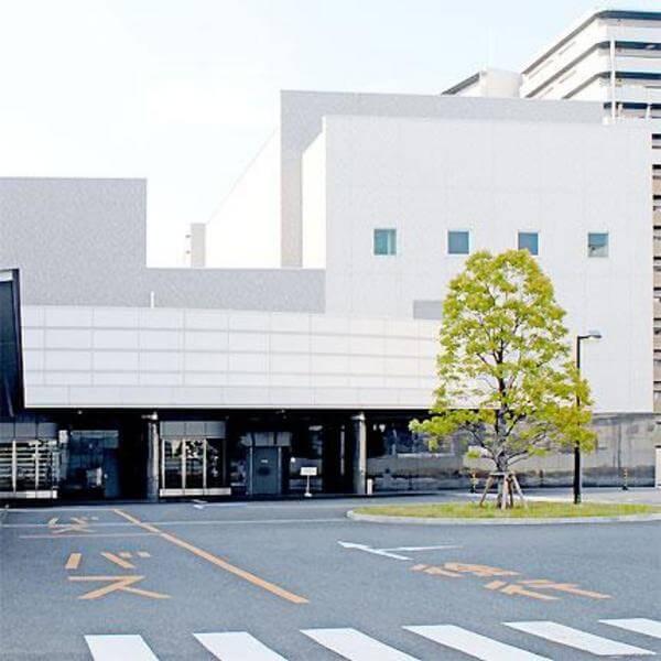 鶴見斎場 駐車場入り口